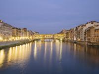 Ponte vecchio over Arno River in city at dusk 11100062847| 写真素材・ストックフォト・画像・イラスト素材|アマナイメージズ
