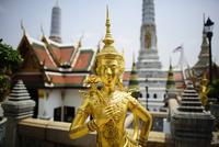 Golden Kinnara statue at Wat Phra Kaew 11100062907| 写真素材・ストックフォト・画像・イラスト素材|アマナイメージズ