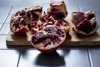 Close-up of pomegranate on table 11100062941| 写真素材・ストックフォト・画像・イラスト素材|アマナイメージズ
