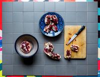 Overhead view of pomegranate on table 11100062942| 写真素材・ストックフォト・画像・イラスト素材|アマナイメージズ
