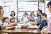 Family enjoying while having lunch at restaurant 11100063392| 写真素材・ストックフォト・画像・イラスト素材|アマナイメージズ