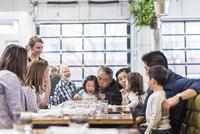 Senior man celebrating birthday with family in restaurant 11100063415| 写真素材・ストックフォト・画像・イラスト素材|アマナイメージズ