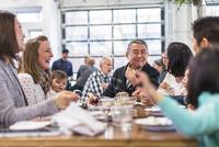 Family enjoying senior man's birthday at restaurant 11100063420| 写真素材・ストックフォト・画像・イラスト素材|アマナイメージズ