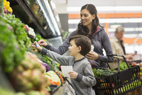 Mother and son shopping for vegetables at supermarket 11100063671| 写真素材・ストックフォト・画像・イラスト素材|アマナイメージズ