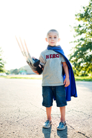 Portrait of boy in superhero costume standing on road against clear sky during sunny day 11100063718| 写真素材・ストックフォト・画像・イラスト素材|アマナイメージズ
