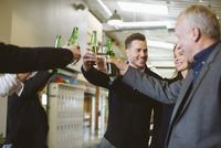 Happy business people toasting drinks in office 11100064196  写真素材・ストックフォト・画像・イラスト素材 アマナイメージズ