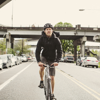Full length of male commuter riding bicycle on street against sky 11100064380| 写真素材・ストックフォト・画像・イラスト素材|アマナイメージズ