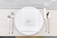Overhead view of silverware by plate with text on dinning table 11100064386| 写真素材・ストックフォト・画像・イラスト素材|アマナイメージズ
