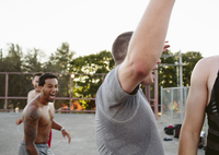 Happy friends shouting while playing basketball at court 11100064615| 写真素材・ストックフォト・画像・イラスト素材|アマナイメージズ