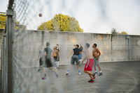 Male friends practicing basketball in court 11100064620| 写真素材・ストックフォト・画像・イラスト素材|アマナイメージズ
