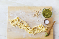Close-up of spaghetti by ingredients on cutting board 11100064658| 写真素材・ストックフォト・画像・イラスト素材|アマナイメージズ