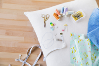 Overhead view of sewing item on pillow at table 11100064659| 写真素材・ストックフォト・画像・イラスト素材|アマナイメージズ