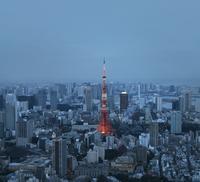 Aerial view of illuminated Tokyo Tower amidst cityscape at dusk 11100065424| 写真素材・ストックフォト・画像・イラスト素材|アマナイメージズ