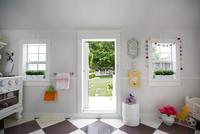 Yard seen through doorway of playhouse 11100067493| 写真素材・ストックフォト・画像・イラスト素材|アマナイメージズ