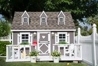 Playhouse on grassy field at yard during sunny day 11100067494| 写真素材・ストックフォト・画像・イラスト素材|アマナイメージズ