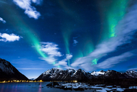 Northern Lights or Aurora Borealis, on the coast of 11102000049| 写真素材・ストックフォト・画像・イラスト素材|アマナイメージズ