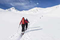 Ski tourers during the ascent of Mt Stolz in Lagauntal 11102000626| 写真素材・ストックフォト・画像・イラスト素材|アマナイメージズ
