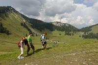 Hikers on Sutten mountain in the Suttenregion, in front of 11102000796  写真素材・ストックフォト・画像・イラスト素材 アマナイメージズ