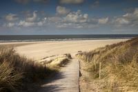 Boardwalk to the main beach, East Frisian Island of 11102000923| 写真素材・ストックフォト・画像・イラスト素材|アマナイメージズ