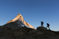 Two mountaineers ascending the Matterhorn, Zermatt, Canton 11102000991| 写真素材・ストックフォト・画像・イラスト素材|アマナイメージズ