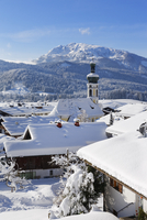 Townscape in winter, with Unterberghorn mountain, Reit im 11102000994| 写真素材・ストックフォト・画像・イラスト素材|アマナイメージズ