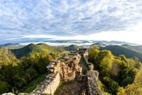 View of the Palatinate Forest from Wegelnburg Castle 11102001040| 写真素材・ストックフォト・画像・イラスト素材|アマナイメージズ