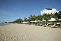 Beach with sun beds of the Saigon Ninh Chu Resort on the 11102001069| 写真素材・ストックフォト・画像・イラスト素材|アマナイメージズ
