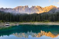 Karersee lake in front of Latemar, Lago di Carezza 11102001418| 写真素材・ストックフォト・画像・イラスト素材|アマナイメージズ