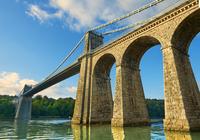 Menai Suspension Bridge, completed in 1826, crossing the 11102001530| 写真素材・ストックフォト・画像・イラスト素材|アマナイメージズ