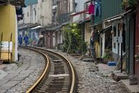 Living next to the train tracks, city center, Hanoi 11102001542| 写真素材・ストックフォト・画像・イラスト素材|アマナイメージズ