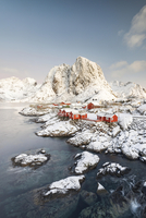 Town and fisherman's cabins or Rorbus in front of snowy 11102001557| 写真素材・ストックフォト・画像・イラスト素材|アマナイメージズ