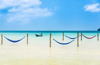 Motorboat, hammocks on idyllic sandy beach, turquoise sea 11102001610| 写真素材・ストックフォト・画像・イラスト素材|アマナイメージズ