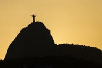 Sunset over Morro do Corcovado with the Cristo Rendedor 11102001662| 写真素材・ストックフォト・画像・イラスト素材|アマナイメージズ