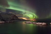 Northern lights in winter over the place Hamnoya, Lofoten 11102001680| 写真素材・ストックフォト・画像・イラスト素材|アマナイメージズ