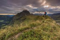 Climber looking on the summit of the Widderstein, Allgau 11102001748| 写真素材・ストックフォト・画像・イラスト素材|アマナイメージズ
