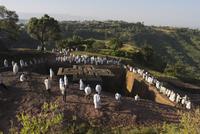 Pilgrims wearing traditonal gabi (white shawl) at festival at rock-hewn monolithic church of Bet Giyorgis (St. George's), roof s 11104001472| 写真素材・ストックフォト・画像・イラスト素材|アマナイメージズ