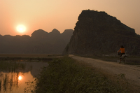 Bicycle in the sunset, limestone mountain scenery, Tam Coc, Ninh Binh, south of Hanoi, North Vietnam, Southeast Asia 11104009116| 写真素材・ストックフォト・画像・イラスト素材|アマナイメージズ