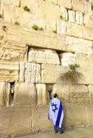 Worshipper at The Western Wall, Jerusalem, Israel, Middle East 11104012135| 写真素材・ストックフォト・画像・イラスト素材|アマナイメージズ