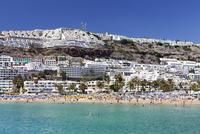 People at the beach and apartments, Puerto Rico, Gran Canaria, Atlantic 11104013875| 写真素材・ストックフォト・画像・イラスト素材|アマナイメージズ