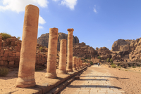 Colonnaded Street, City of Petra ruins, Petra, Jordan, Middle East 11104014421| 写真素材・ストックフォト・画像・イラスト素材|アマナイメージズ