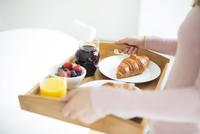 Young woman carrying food tray. 11107000053| 写真素材・ストックフォト・画像・イラスト素材|アマナイメージズ