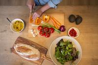 Mid adult woman cooking. 11107000096| 写真素材・ストックフォト・画像・イラスト素材|アマナイメージズ