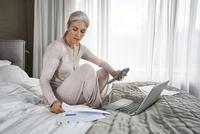 Mature woman working at home. 11107000209| 写真素材・ストックフォト・画像・イラスト素材|アマナイメージズ
