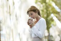 Young woman drinking coffee. 11107000325| 写真素材・ストックフォト・画像・イラスト素材|アマナイメージズ