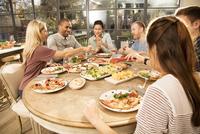 Friends eating dinner together 11107001506| 写真素材・ストックフォト・画像・イラスト素材|アマナイメージズ