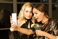 Young women taking selfie at party 11107001608| 写真素材・ストックフォト・画像・イラスト素材|アマナイメージズ