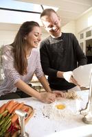 Couple preparing food together 11107001662| 写真素材・ストックフォト・画像・イラスト素材|アマナイメージズ