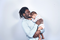 Portrait of father and baby girl 11107002225| 写真素材・ストックフォト・画像・イラスト素材|アマナイメージズ