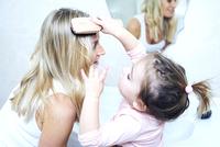 Daughter brushing mothers hair 11107002281| 写真素材・ストックフォト・画像・イラスト素材|アマナイメージズ
