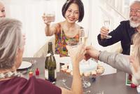 Senior friends making celebratory toast 11107002399| 写真素材・ストックフォト・画像・イラスト素材|アマナイメージズ